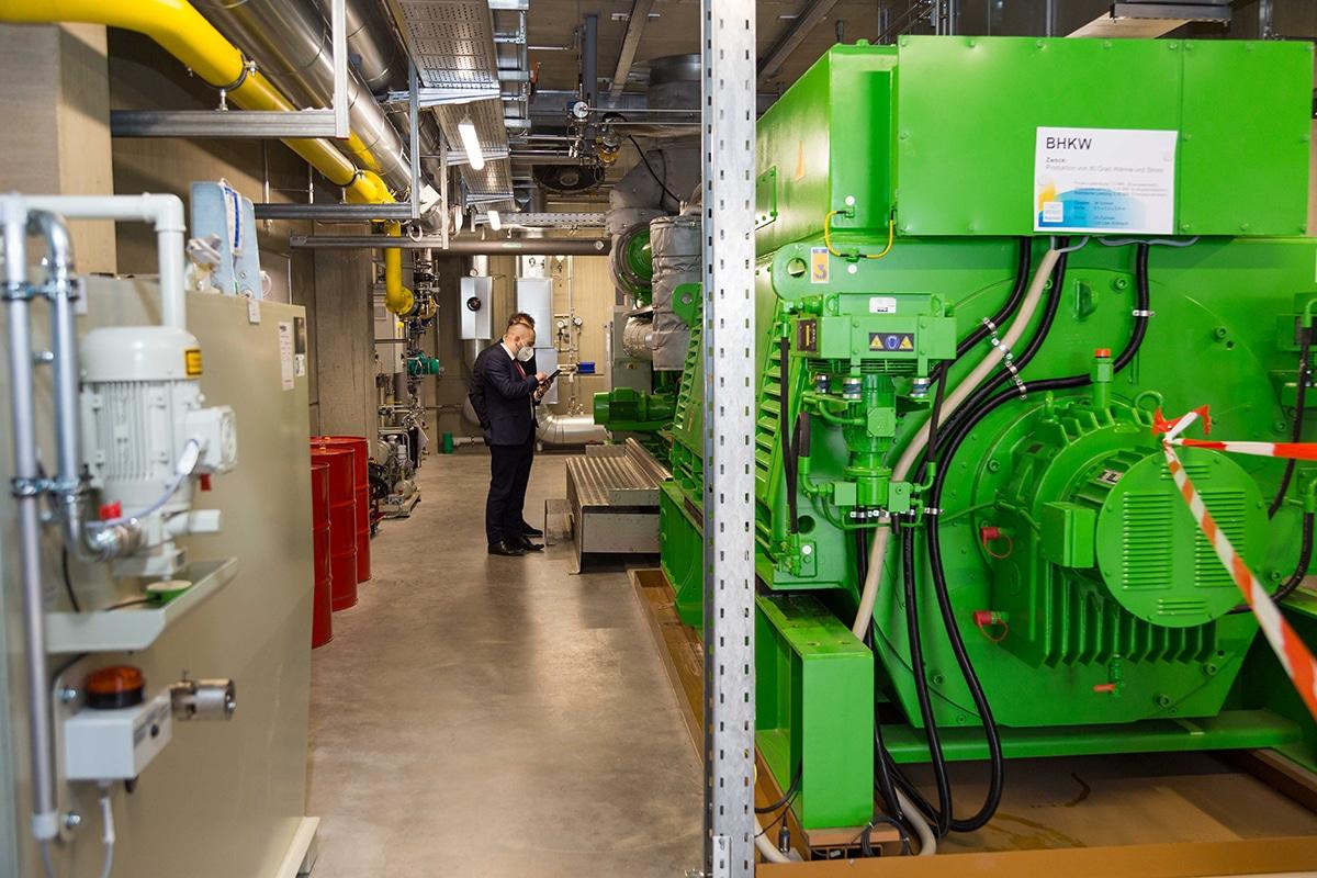 Foto zeigt das neue Blockheizkraftwerk der Stadtwerke – ein mächtiger Motor